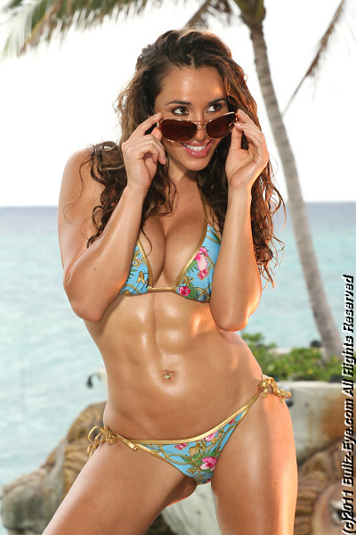 Jazmin Siguenza shows off her amazing abs
