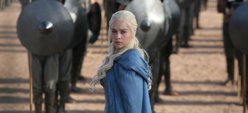 Emilia Clarke in Game of Thrones in front of her army